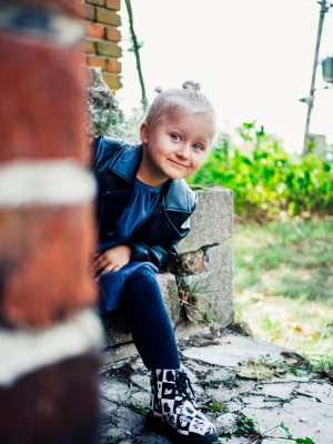 Portfolio - Fotografia Geek Imagination - Dziewczynka bawi się w chowanego