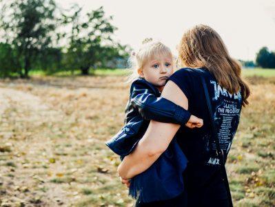 Portfolio - Fotografia Geek Imagination - Dziewczynka z mamą na festiwalu